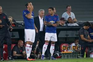 José Mourinho instrueert Memphis Depay voor zijn invalbeurt tegen Feyenoord. © Hollandse Hoogte.