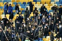 Fans van Dinamo Kiev met stokken bewapend. © AFP