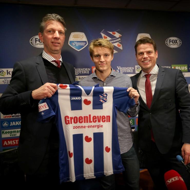 Technisch manager Gerry Hamstra, aanwinst Martin Ødegaard en algemeen directeur Luuc Eisenga tijdens de perspresentatie van de Noor bij SC Heerenveen. © ANP