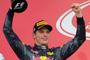 Max Verstappen viert zijn tweede plaats in Japan. © EPA