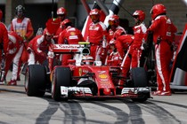 Kimi Räikkönen rijdt weg na een pitstop. © AFP
