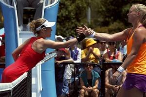Laura Siegemund (l) wordt gefeliciteerd door Kiki Bertens. © REUTERS