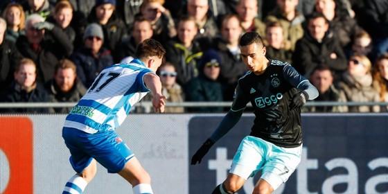 Anwar El Ghazi zet tegen PEC Zwolle aan voor een dribbel. Josef Kvida wacht af. © Hollandse Hoogte.
