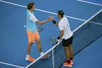 Alexander Zverev (l.) feliciteert Rafael Nadal met zijn zege. © Reuters.