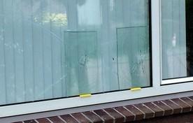 Glasplaten voor de kogelgaten in het woonkamerraam.
