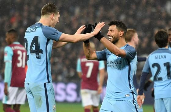 John Stones (l.) en Sergio Agüero, twee blikvangers van Manchester City. © AFP