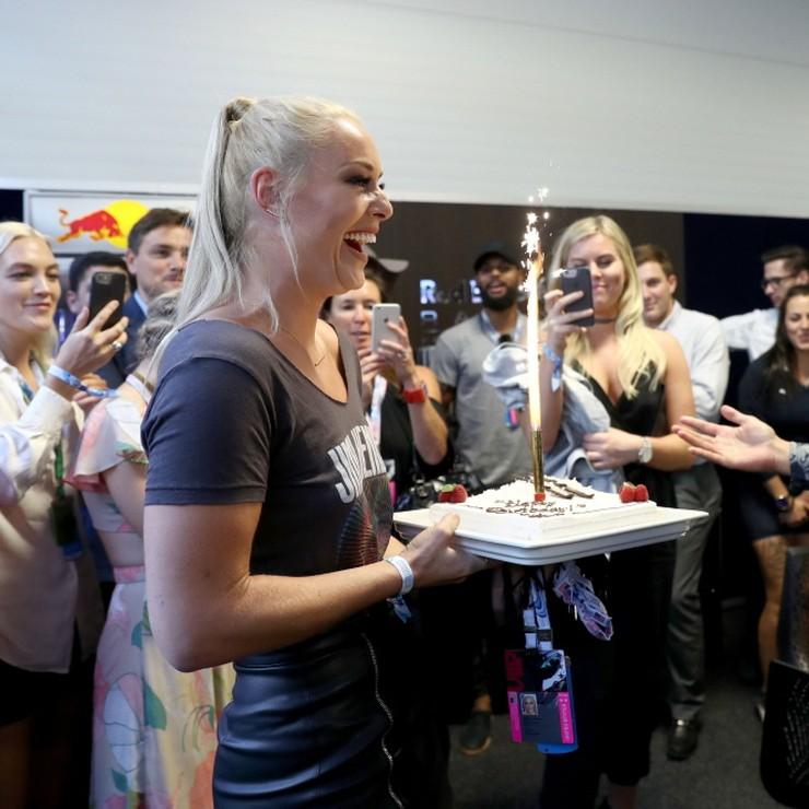 Lindsey Vonn geniet van de aandacht die ze van Daniel Ricciardo en Max Verstappen krijgt. © AFP