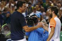 Milos Raonic geeft Gilles Simon een high-five na zijn gewonnen duel. © Reuters.