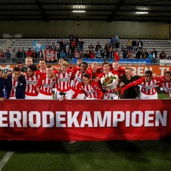 De spelers van Jong PSV zijn blij met de behaalde periodetitel. © Hollandse Hoogte